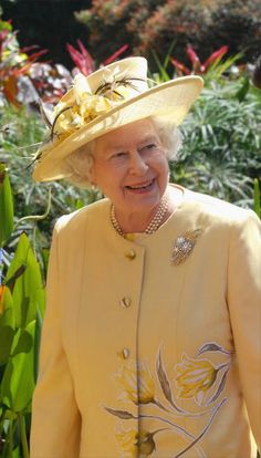 Queen wearing Wattle Brooch