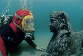 Diver facing a sphinx representing Ptolemy XII, father of Cleopatra VII (1st century B.C.). Oriental port of Alexandria.
